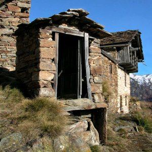 Cesso in pietra e lose nel villaggio di Kiry - foto di Gian Mario Navillod.