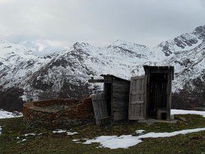 Coppia di gabinetti in legno all'Alpe Le Bois di Valgrisenche - foto di Gian Mario Navillod.