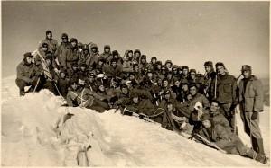 Soldati italiani in armi sulla vetta del Monte Bianco. Primo a dx: S. Ten. Pierino Mattio.