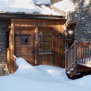 Entrata dell'Ostello di Lavesé in inverno - Foto di Gian Mario Navillod.