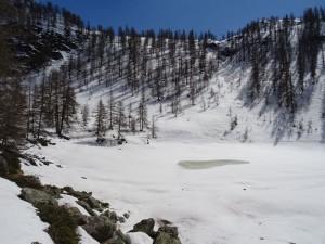 Il lago Charey nel mese di aprile - Foto di Gian Mario Navillod.