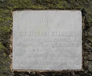 Lapide in memoria degli zingari stagnini morti sulla strada per il colle del Gran San Bernardo – Foto di Gian Mario Navillod.