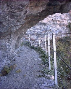 Tratto scavato nella roccia del Ru Marseiller - Foto di Gian Mario Navillod.