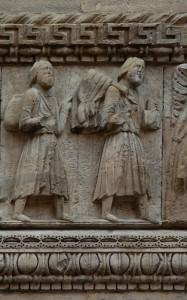 Duomo di San Donnino a Fidenza, particolare del corteo di Carlo Magno: il personaggio virile che ricorda il logo della Via Francigena – Foto di Gian Mario Navillod.