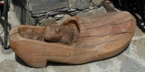 Le rane nel sabot - scultura in legno al Rifugio Mont Fallère - Foto di Gian Mario Navillod.