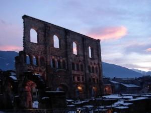Teatro romano di Aosta al tramonto – Foto di Gian Mario Navillod.
