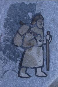 Tarsia in pietra con il logo della Via Francigena davanti alla chiesa di Gignod (AO) – Foto di Gian Mario Navillod.