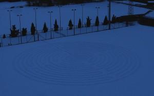 Il labirinto di Chartres riprodotto sulla neve ad Antey – Foto di Gian Mario Navillod.