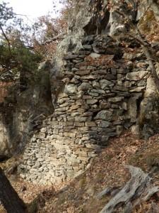Grande muro di sostegno del Ru du Pan Perdu di Châtillon – Foto di Gian Mario Navillod.