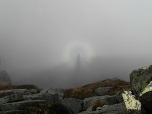 L'idolo nella nebbia - pallido fantasma di un valdostano proiettato sulle montagne biellesi - Foto di Gian Mario Navillod.