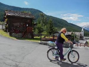 Partenza con le bici elettriche dall'Ufficio Informazioni di La Magdeleine - Foto di Gian Mario Navillod.