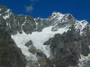 Ghiacciaio del Mont Tabel dal sentiero per il Bec Pio Merlo, sullo sfondo la Dent d'Hérens 4171 m - Foto di Gian Mario Navillod.