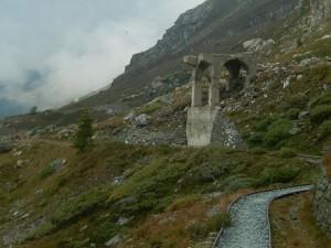 I resti del vecchio frantoio e il Tracciolino sotto il Bec Pio Merlo - Foto di Gian Mario Navillod.