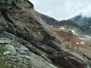 Ponte in ferro sul sentiero attrezzato tra il Rifugio Perucca e il Colle di Valcournera – Foto di Gian Mario Navillod.