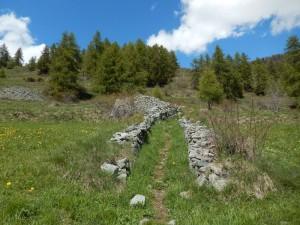Muri dei delimitazione del sentiero per il lago di Croux a La Magdeleine – Foto di Gian Mario Navillod.