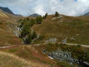 Cascate e ultime conifere salendo al Rifugio Sogno di Berdzé - Foto di Gian Mario Navillod.