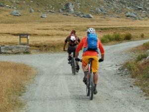 Bikers sulla strada consortile per il Rifugio Sogno di Berdzé - Foto di Gian Mario Navillod.