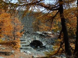 Ponte in pietra sull'emissario del Lago Blu di Verra - Foto di Gian Mario Navillod.