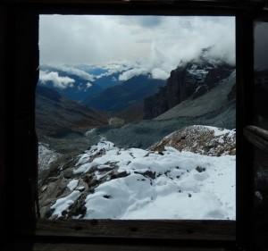 Panorama dal locale invernale del Rifugio Mezzalama: Grande Morena di Verra e Pian di Verra - Foto di Gian Mario Navillod.