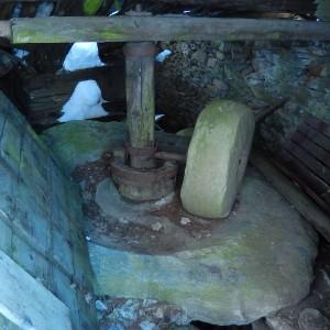 Una delle macine del mulino di Chamois - Foto di Gian Mario Navillod.