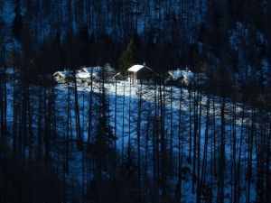 Primi raggi di sole sul villaggio di Suisse a Chamois - Foto di Gian Mario Navillod.