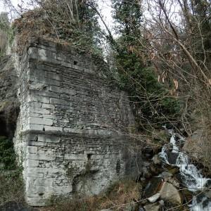 Spalla del ponte della Strada Romana delle Gallie e Torrente Montjovet - Foto di Gian Mario Navillod.