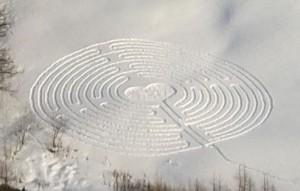 Il labirinto dell'8 marzo tracciato sulla neve di Chamois - Foto di Eric Navillod.