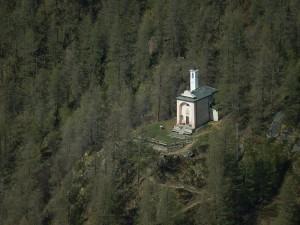 Cappella di Cheneil dal belvedere della Punta Fontana Fredda - Foto di Gian Mario Navillod.