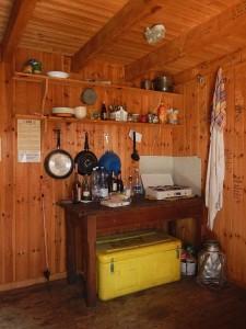 Cucina del Rifugio (bivacco) Bobba detto anche Rifugio des Jumeaux a Valtournenche- Foto di Gian Mario Navillod.