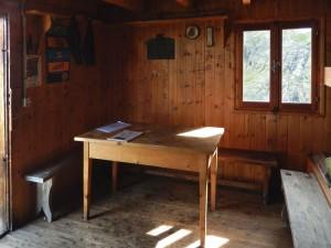 Tavolo del Rifugio (bivacco) Bobba detto anche Rifugio des Jumeaux a Valtournenche- Foto di Gian Mario Navillod.