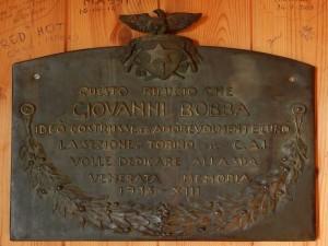 Targa dedicata a Giovanni Bobba nel Rifugio/BIvacco omonimo a Valtournenche- Foto di Gian Mario Navillod.