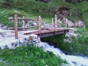 Ponte sull'itinerario 11 per il Rifugio Bobba - Foto di Gian Mario Navillod.