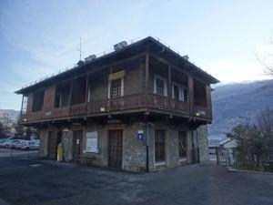 Stazione di Sarre fotografata dal treno Aosta Pré-Saint-Didier - Foto di Gian Mario Navillod.