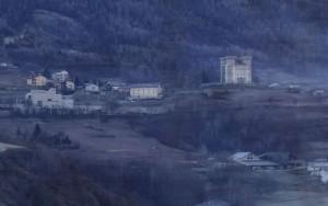Castello di Aymavilles fotografato dal treno Aosta Pré-Saint-Didier - Foto di Gian Mario Navillod.Castello di Aymavilles fotografato dal treno Aosta Pré-Saint-Didier - Foto di Gian Mario Navillod.