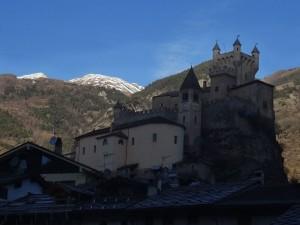 Castello e chiesa di Saint Pierre fotografati dal treno Aosta Pré-Saint-Didier - Foto di Gian Mario Navillod.