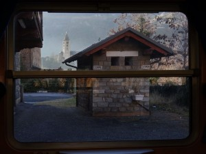 Chiesa di Villeneuve fotografata dal treno Aosta Pré-Saint-Didier - Foto di Gian Mario Navillod.