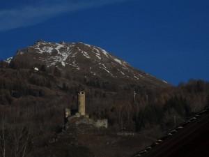 Castello di Chatelard di La Salle fotografato dal treno Aosta Pré-Saint-Didier - Foto di Gian Mario Navillod.