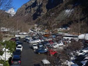 Parcheggio della funivia Buisson - Chamois domenica 21 febbraio - Foto di Gian Mario Navillod.