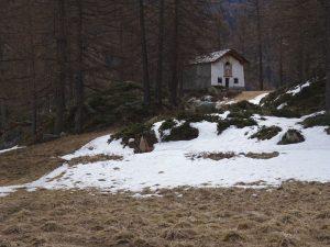 La cappella di Champlaisant a fine aprile - Foto di Gian Mario Navillod.