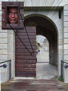 Il controllore alla porta d'accesso del Forte di Bard - Foto di Eric Navillod.