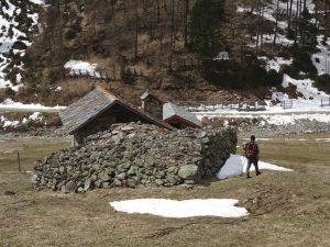 I vecchi paravalanghe in pietra dell'Alpe Vayoux - Foto di Gian Mario Navillod.