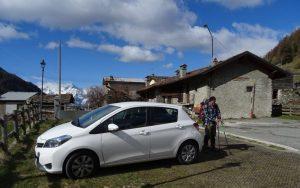 Il parcheggio di Baravex a 400 metri dalla partenza dell'itinerario per il Rifugio Magià - Foto di Gian Mario Navillod.