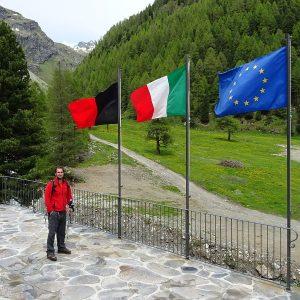 La bandiera dell'Unione Europea dalla terrazza del Rifugio Magià - Foto di Gian Mario Navillod.