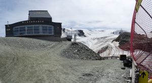 Il Rifugio del Teodulo e la pista di sci che scende a Cervinia - Foto di Gian Mario Navillod.