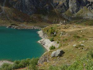 La cappella e il lago di Cignana sul finire dell'estate - Foto di Gian Mario Navillod.