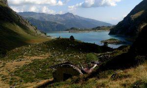 La cappella e il lago di Cignana dal sentiero per il Col di Fort - Foto di Gian Mario Navillod.