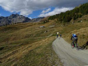 La punta Cian e l'Alpe Tellinod dalla strada per Cignana - Foto di Gian Mario Navillod.