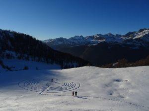 Pellegrini in visita al labirinto di Natale di Chamois - Foto di Gian Mario Navillod.