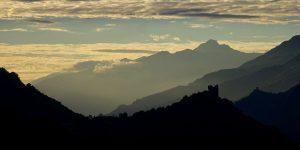 Tramonto sul castello di Ussel, sullo sfondo il castello di Cly - Foto di Gian Mario Navillod.