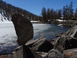 Disgelo al Lago Charey ed allegoria dell'equilibrio - Foto di Gian Mario Navillod.